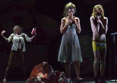 ALICE GARTENSCHLÄGER als Lady Muligan, WIEBKE PULS als Margueriete Gautier und RISTO KÜBAR als Kilro