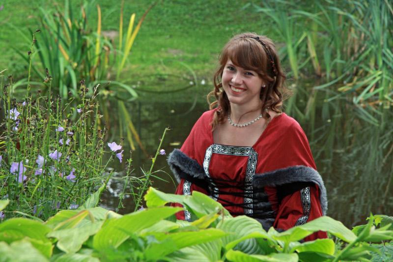 Alina 22 Jahre im Mittelalterlichem Kleid