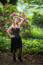 Alina vor rosa Blüten