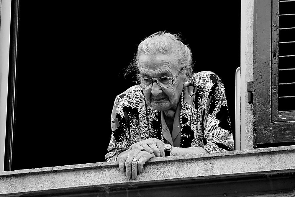 Risultato immagini per vecchio alla finestra