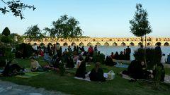Allabendliches Picknick am Pol-e Si-o-Seh.