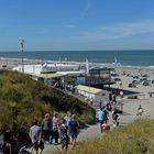 Alle strömen in die OASE am Strand von Domburg (Zeeland, NL)