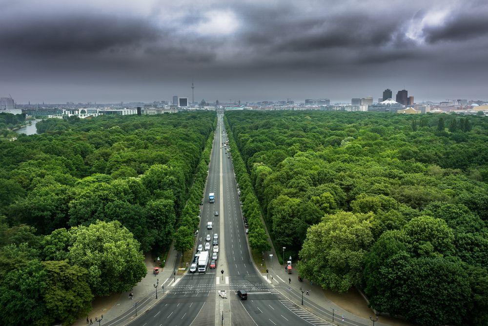 Allee mitten in Berlin