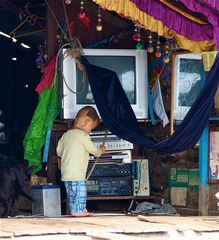 alles auf batteriebetrieb, tonle sap, cambodia 2010