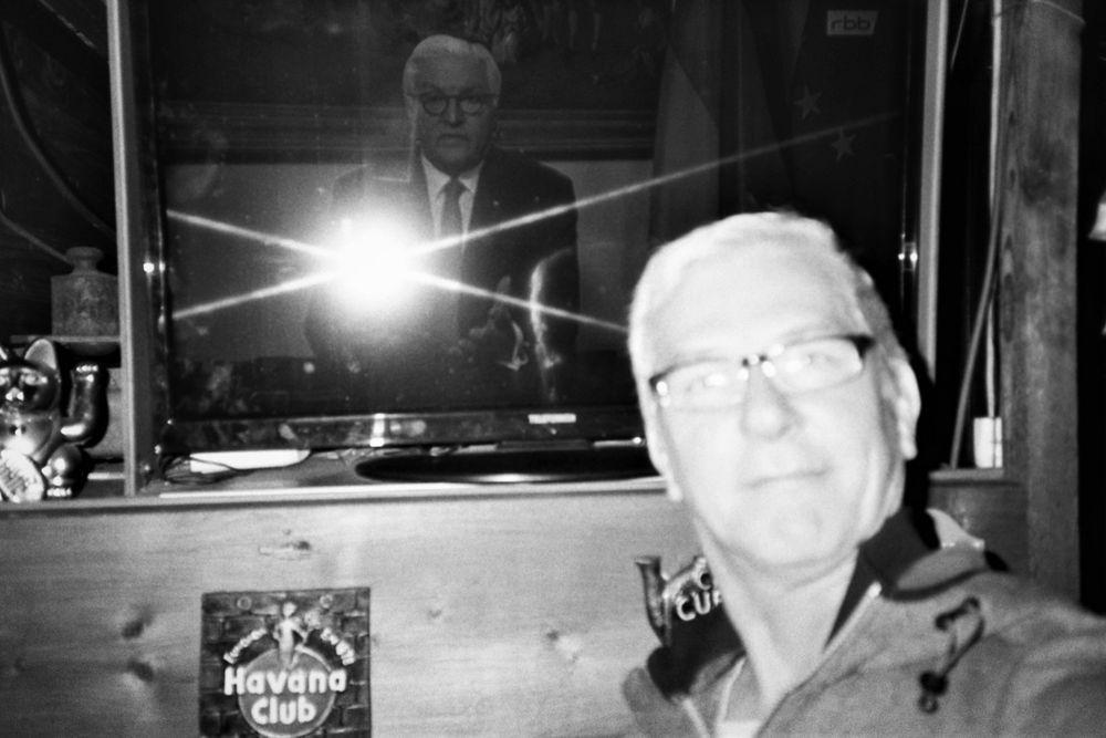 ....als neulich Frank-Walter Steinmeier mit der Taschenlampe durch Fenster leuchtete...