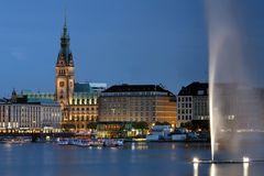 Alsterfontäne und Rathaus