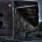 Alt vergammelt und Versperrt dieser alte Bahnhof..
