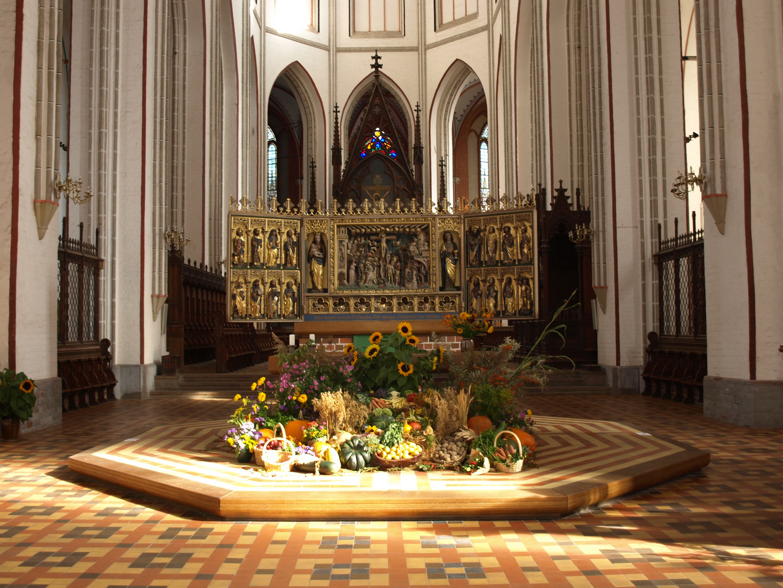 Altar im Schweriner Dom zum Erntedank