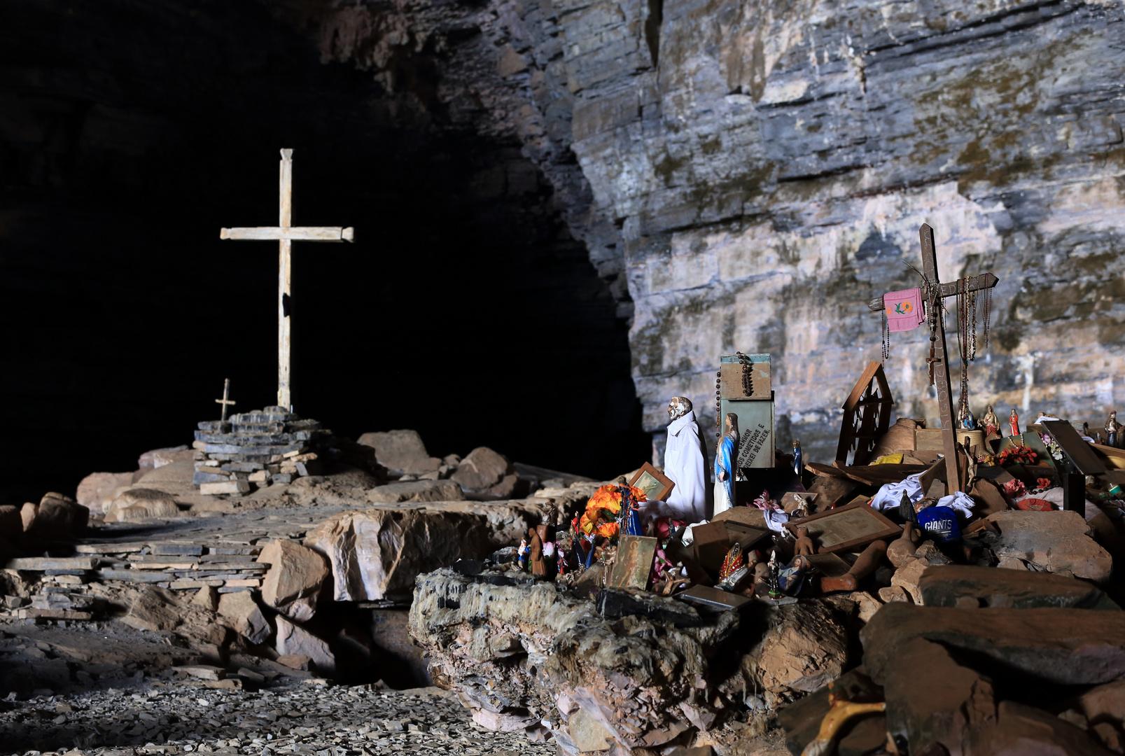 Altar mit Gebetskreuz - Gruta dos Breijões