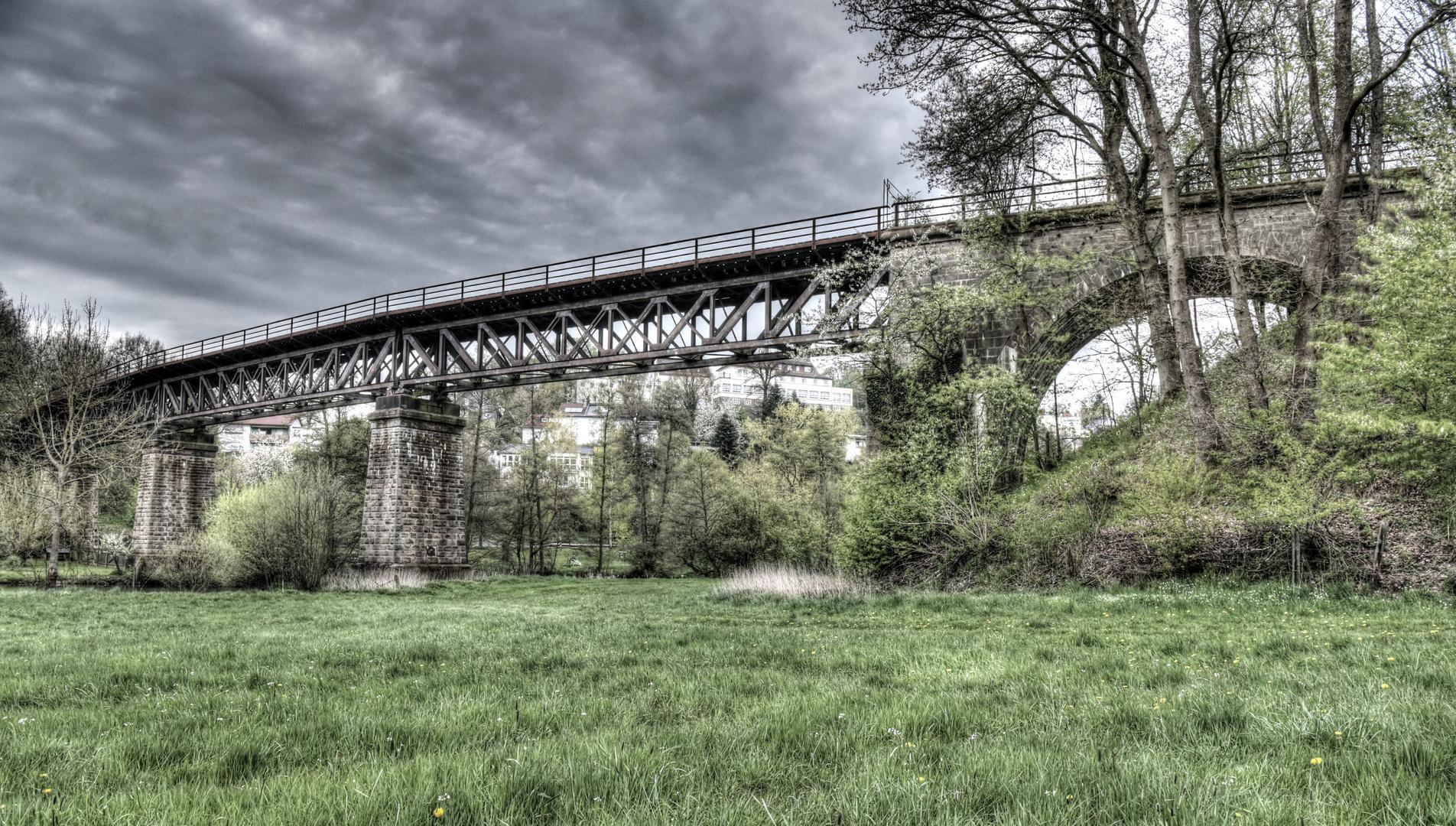 Alte Bahnstrecke mit Brücke