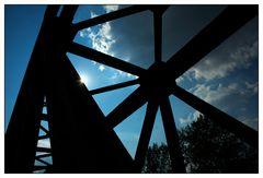 Alte Eisenbahnbrücke im Gegenlicht