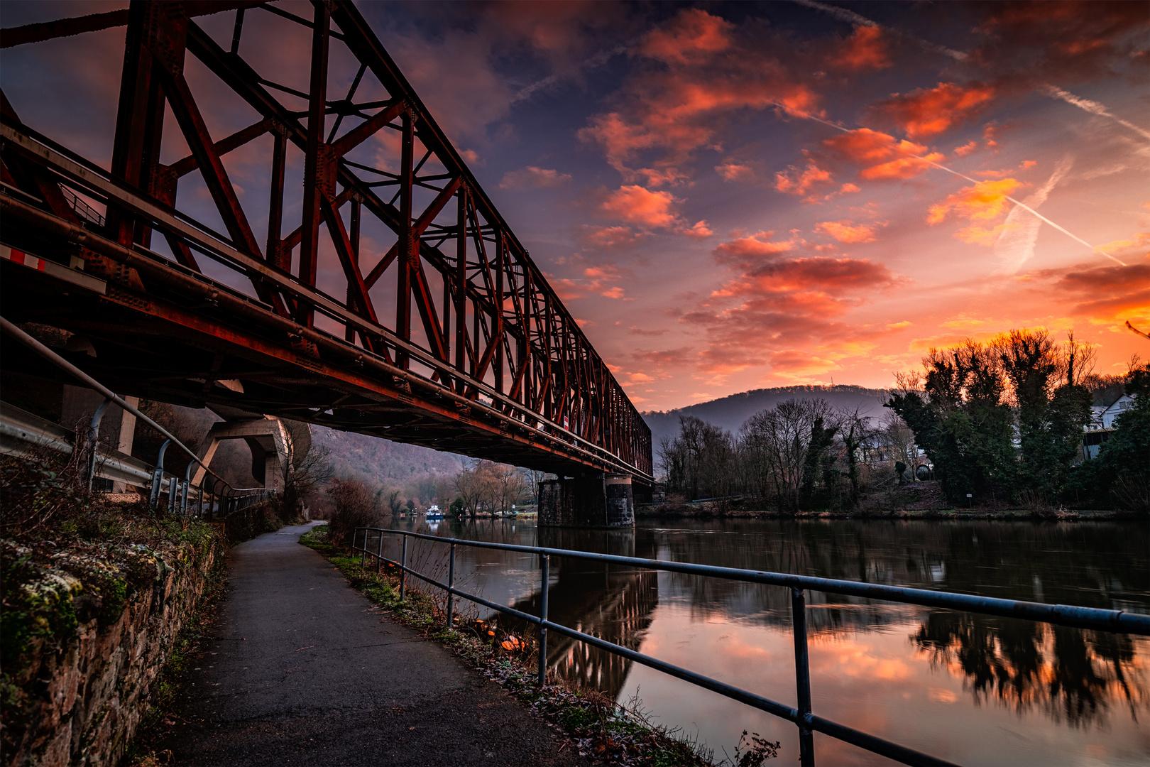 Alte Eisenbahnbrücke im Sonnenaufgang