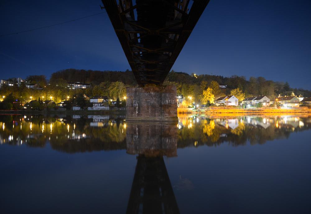 Alte Eisenbahnbrücke nachts