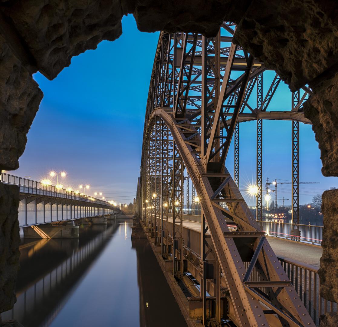 Alte Elbbrücke mit Rahmen Foto & Bild | architektur, straßen ...