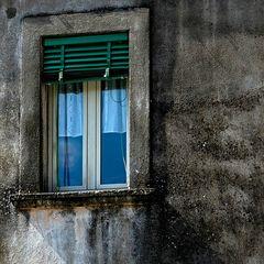 alte Frau hinter Fenster