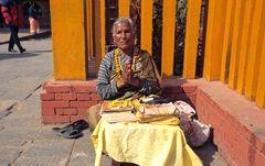 Alte Frau im Heiligtum von Budhanilakantha