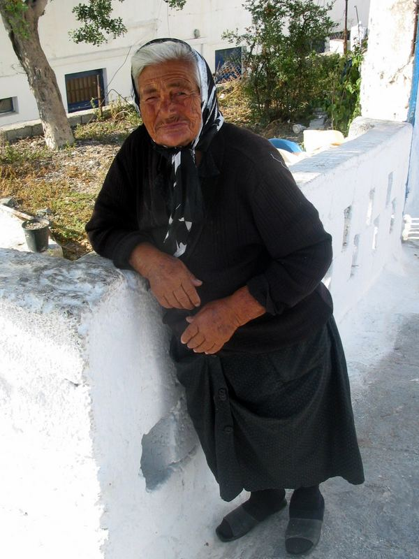 Alte Frau in Pyrgos, Santorini