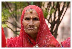 Alte Frau in Ranakpur