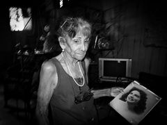 alte Frau mit eigenem Jugendbild