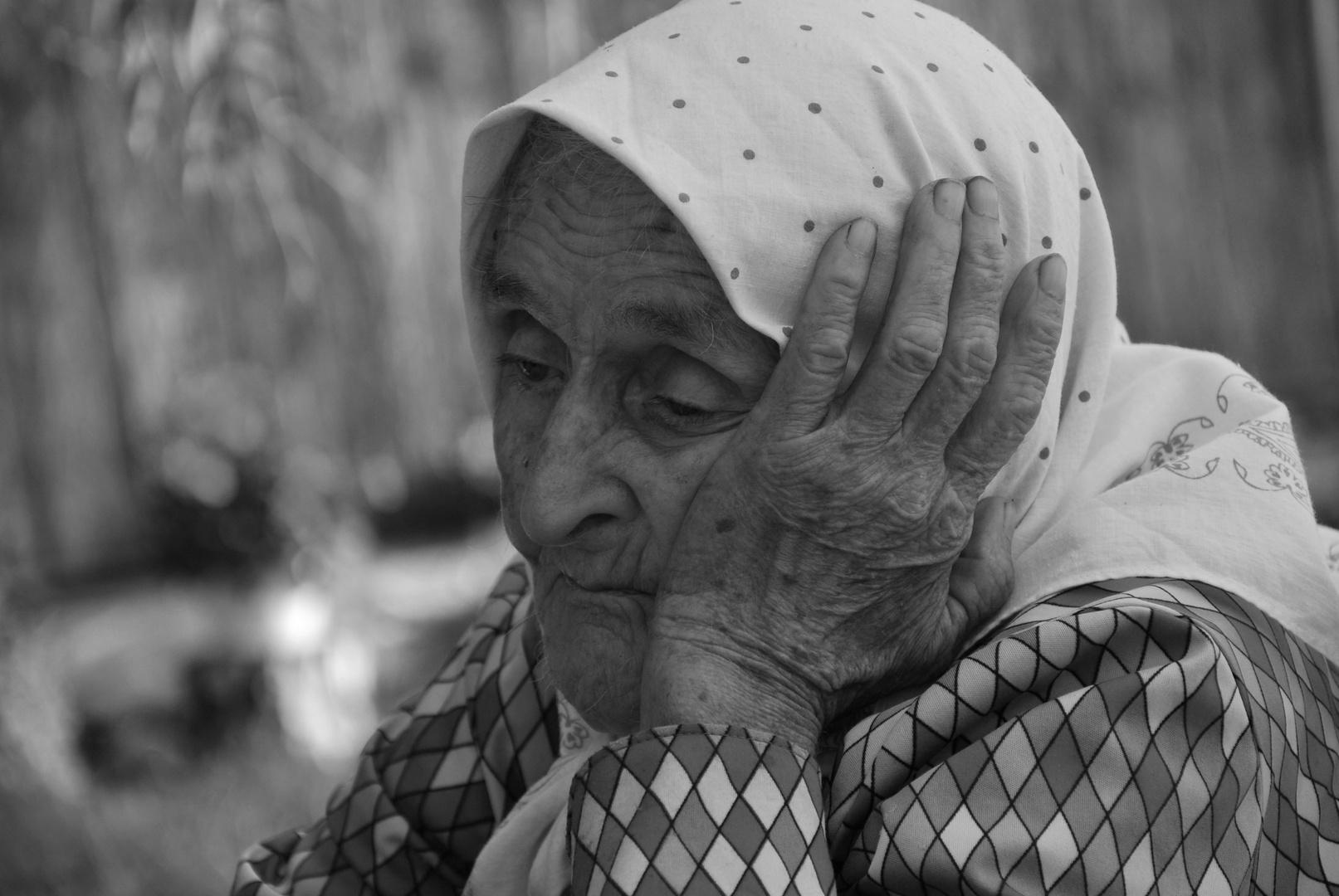 Alte Frau nachdenklich