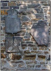 Alte Grabplatten an der Schlosskirche in Hückeswagen