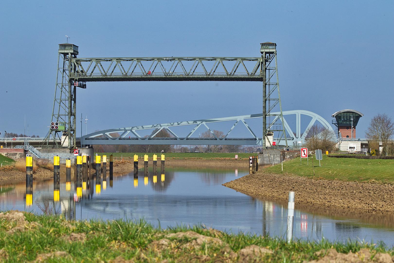 Alte Hubbrücke und neue Klappbrücke in Huntebrück
