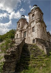 Alte Kirche mit Treppe