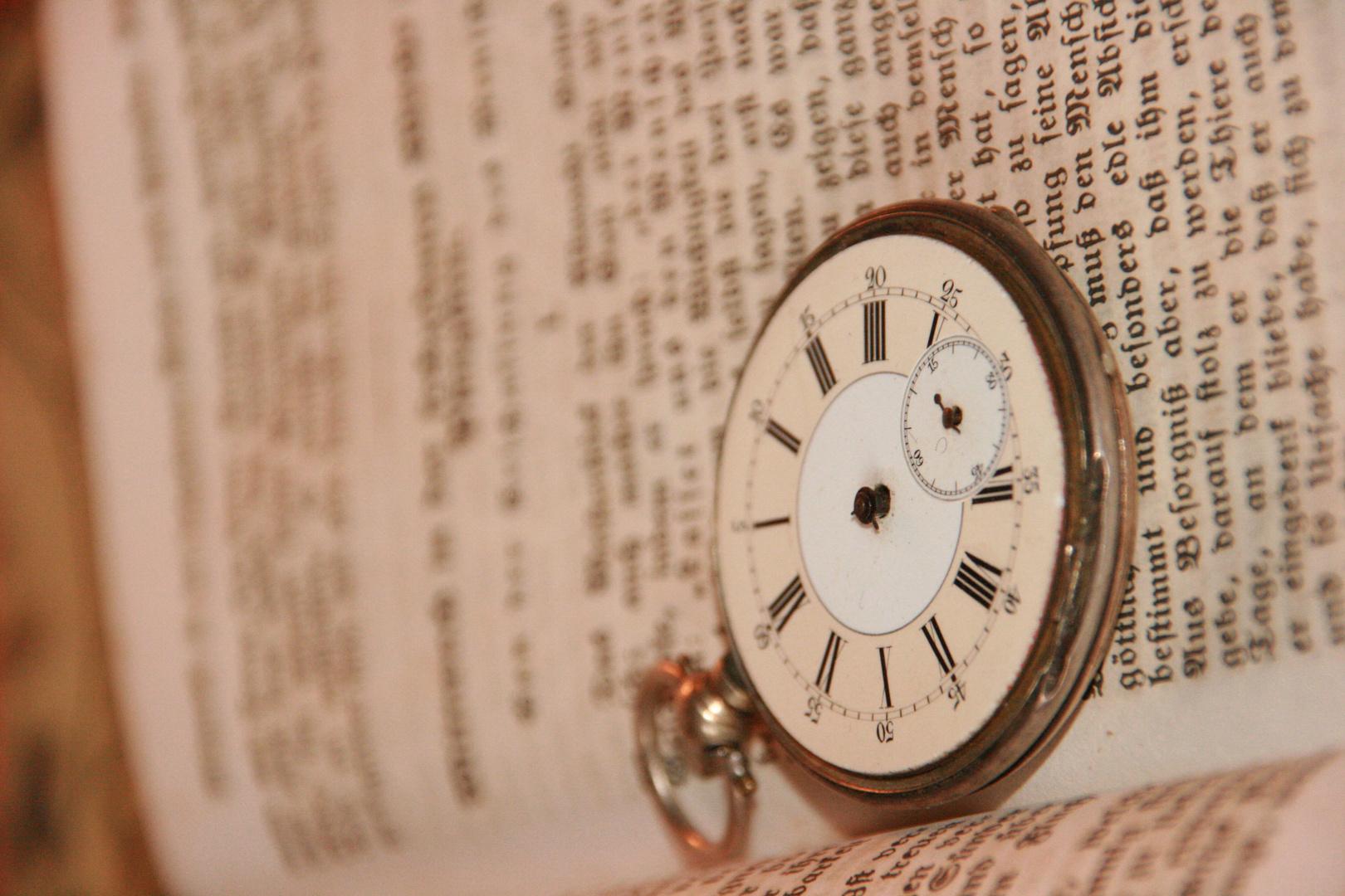 Alte Uhr auf Bibel ...