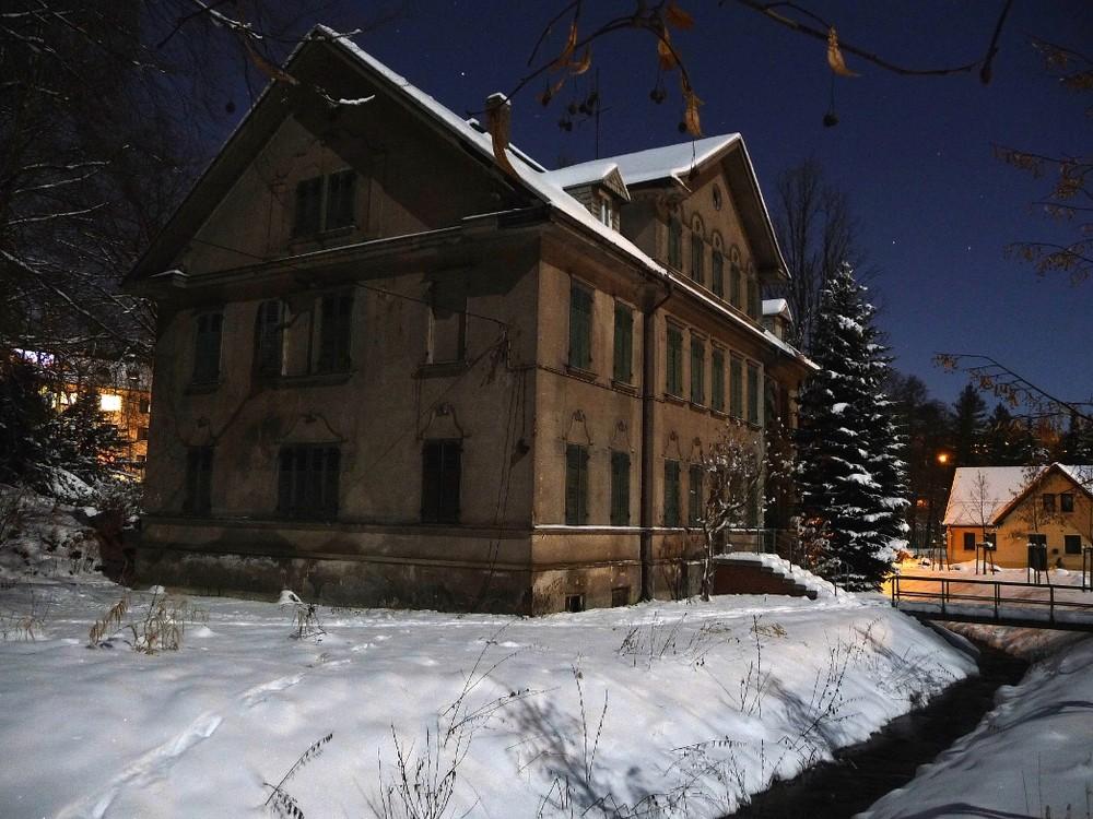 Alte Villa bei Mondschein