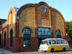 Alter Bus trifft alte Maschinenhalle