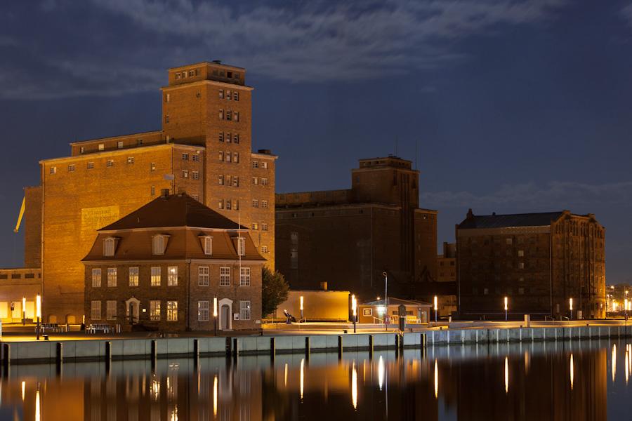 Alter Hafen Wismar Foto & Bild   architektur, architektur bei nacht ...