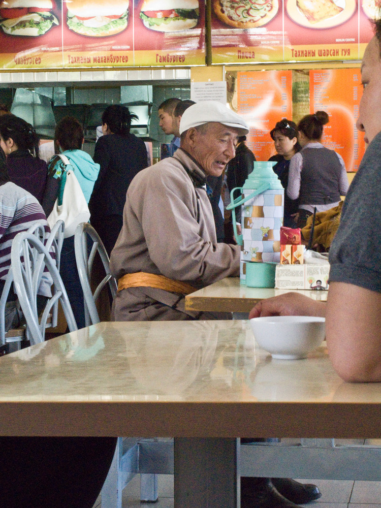 Alter Herr beim Besuch im Schnellrestaurant in Ulan Bator