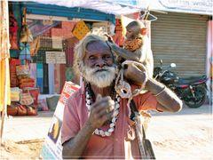Alter Inder mit Äffchen