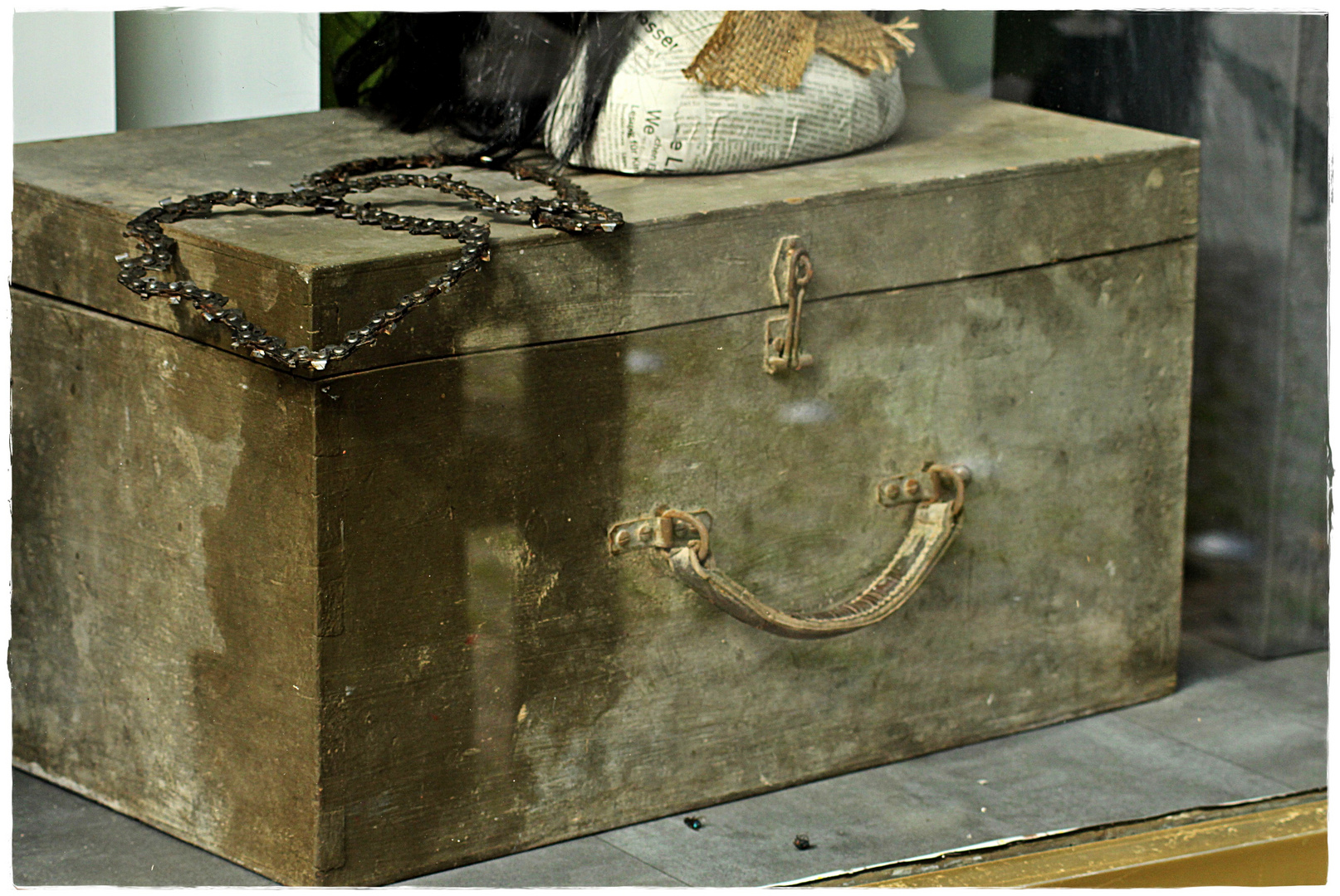 alter koffer als deko foto bild stillleben projekte. Black Bedroom Furniture Sets. Home Design Ideas