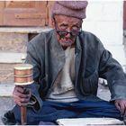 Alter Ladakhi mit Gebetsmühle, Ladakh, Indischer Himalaya