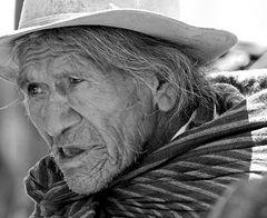 Alter Mann auf dem Markt in Otavalo - Ecuador