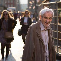 Alter Mann im Gegenlicht