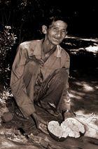 Alter Mann mit Durian