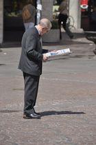 Alter Mann mit Zeitung
