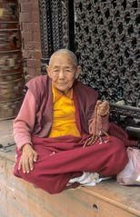 Alter Mönch vor dem Stupa von Bodnath