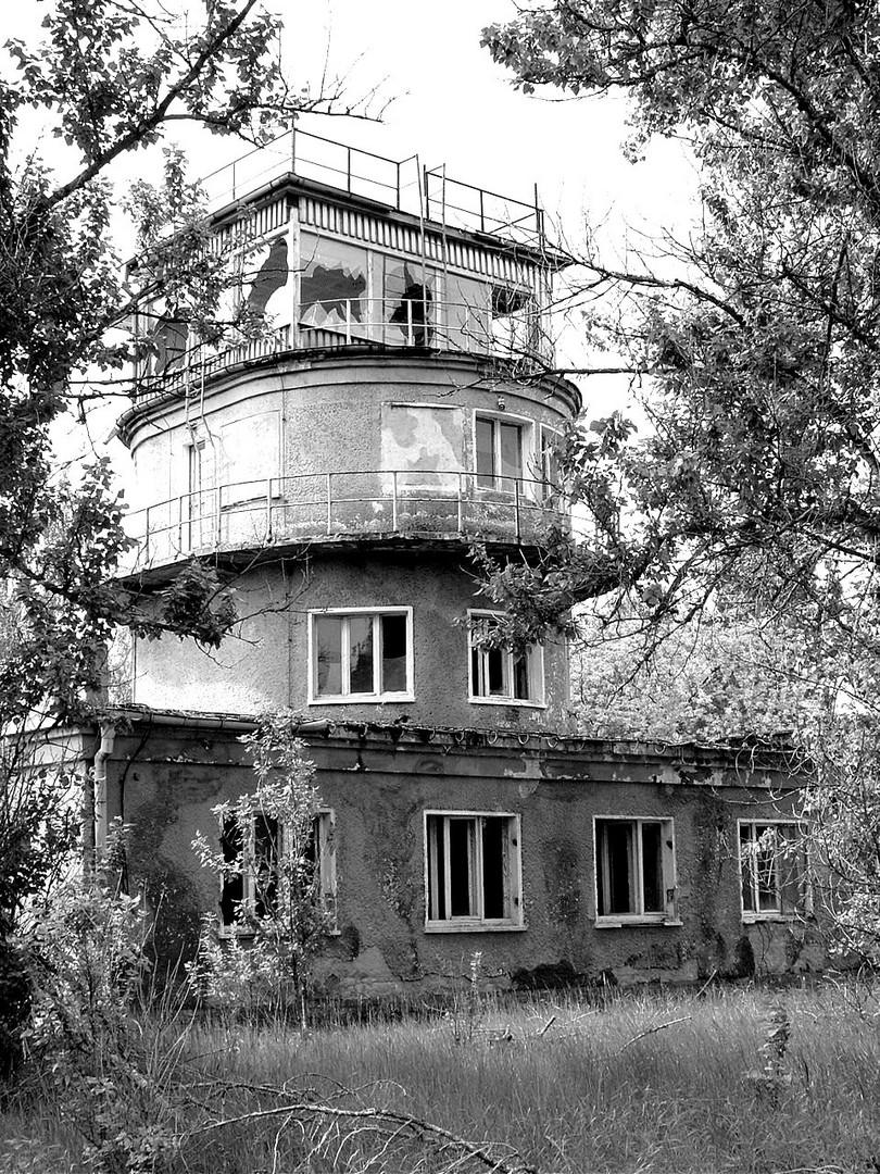 Alter russischer Flughafen-Tower in s/w