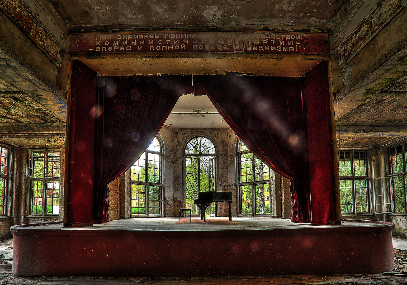 alter Saal mit einer Bühne in den Heilstätten am Grabowsee