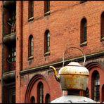 Alter Teekessel zwischen alten Mauern