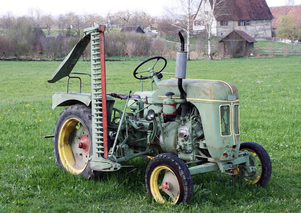 alter traktor mit mähwerk im bauernmuseum in kürnbach foto