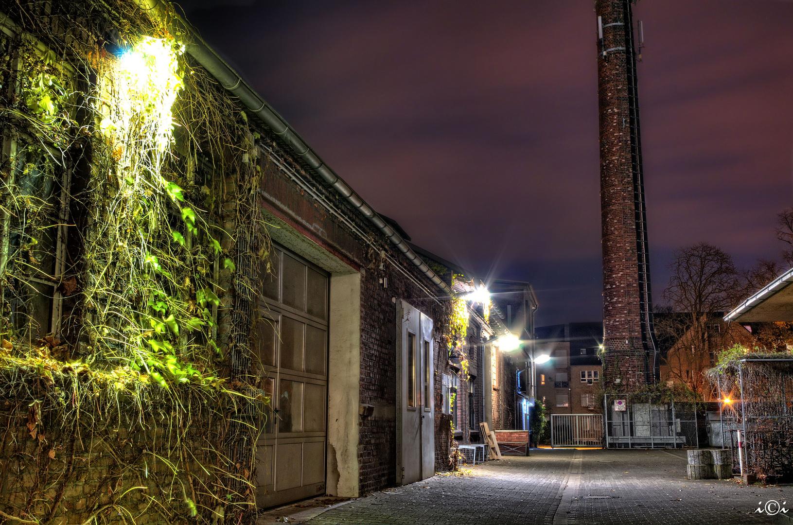 Altes Fabrikgelände bei Nacht