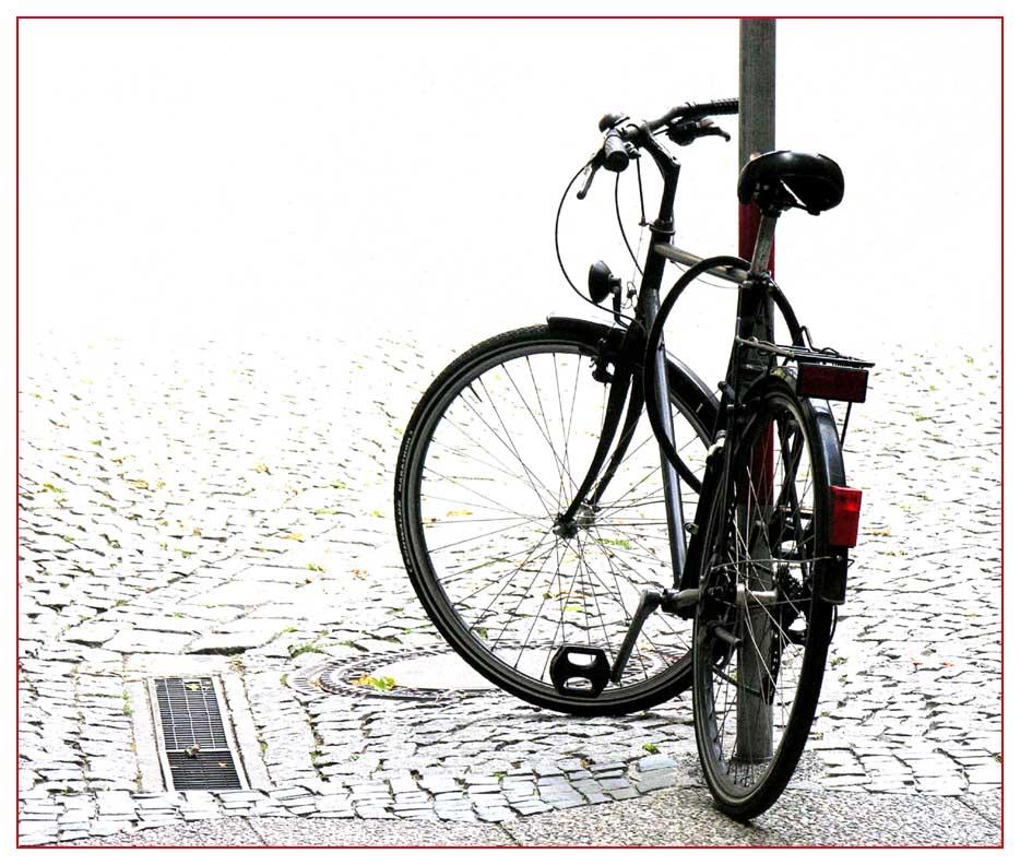 Altes Fahrrad erholt sich an Eisenstange