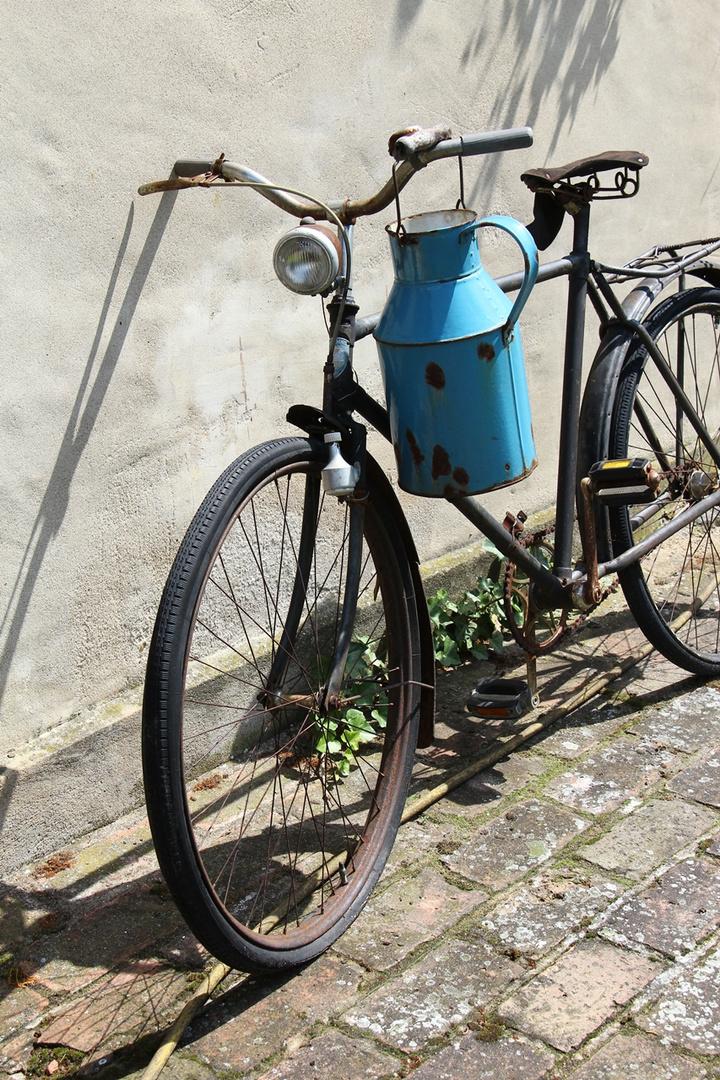 altes fahrrad mit blauer milchkanne foto bild. Black Bedroom Furniture Sets. Home Design Ideas