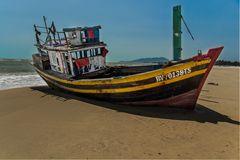altes Fischerboot am Strand von Ba Ria - Vung Tau Vietnam
