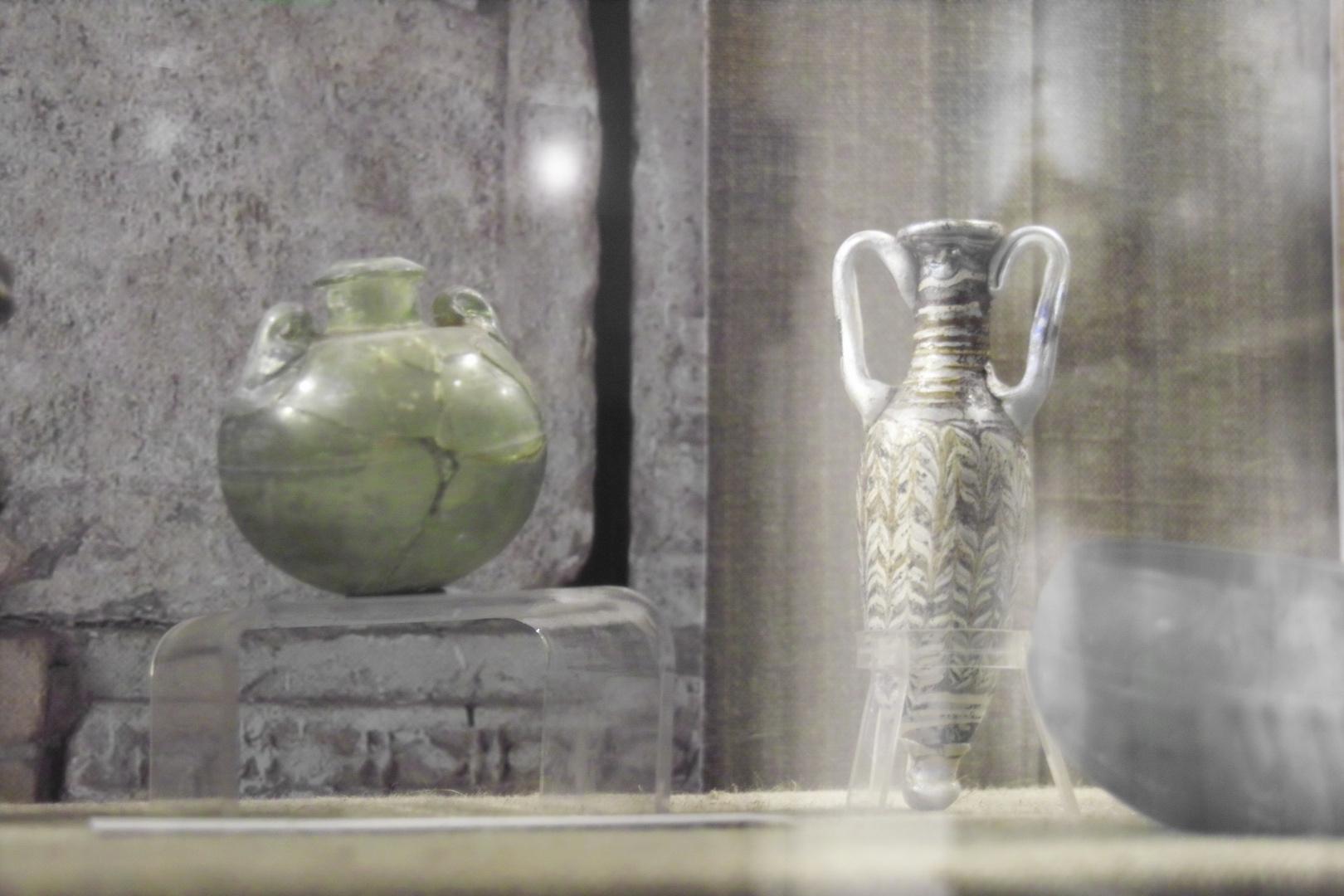 altes Glas / Sandkerngefäß(rechts)