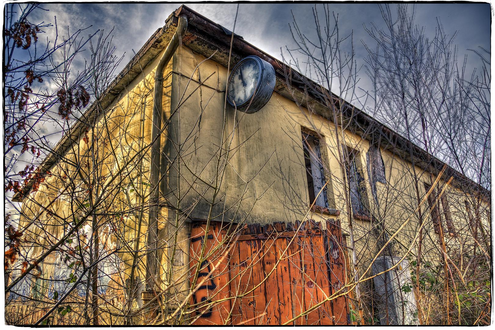 Altes Güterbahnhofshaus mit Uhr Du Wedau